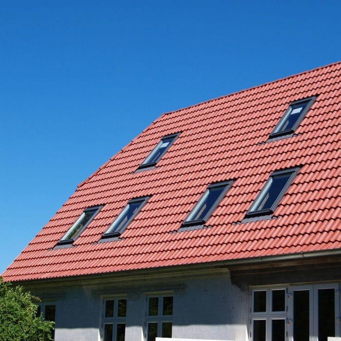 Dachpfannen_Kunststoff_Dach_Ziegel_Optik_mit_rotbraun